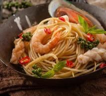 Spaghetti z krewetkami na winie: aromatyczne danie obiadowe [przepis]