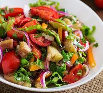 Pomidorowa sałatka z pieczonym bakłażanem