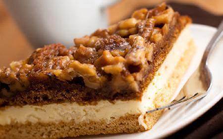 Orzechowiec: przepis na ciasto orzechowe z kremem budyniowym