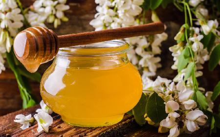 Miód akacjowy – jakie ma właściwości?