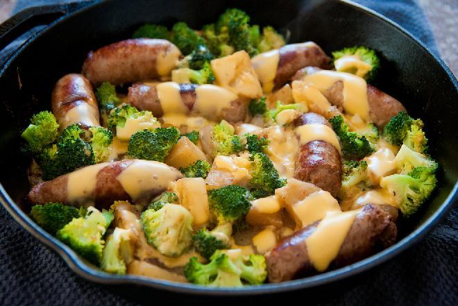 Parówki smażone z brokułami i pieczarkami na szybki i oszczędny obiad