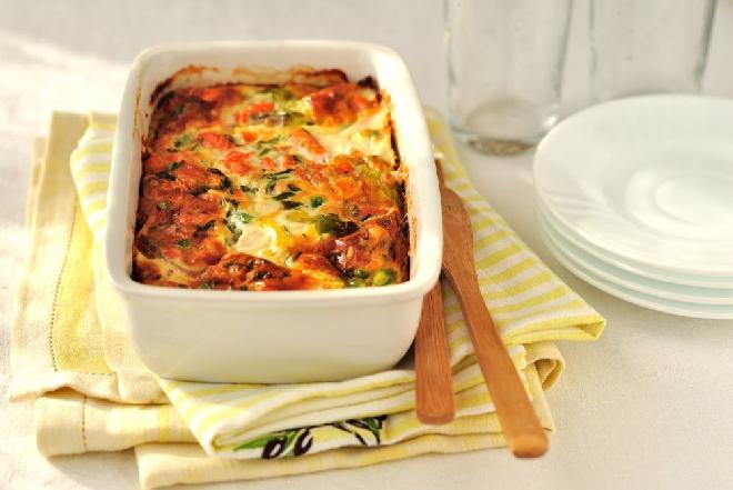 Cukinia w sosie pomidorowym zapiekana z ryżem: pomysł na sycący obiad