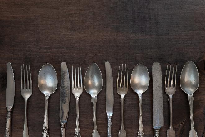 Jak czyścić srebro i platery: domowe sposoby