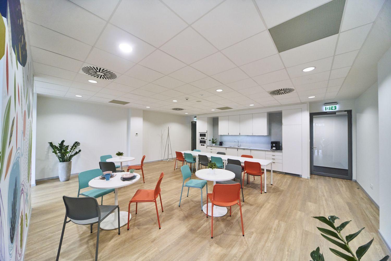 AT OFFICE przy Wadowickiej 3 to przede wszystkim funkcjonalna przestrzeń socjalna