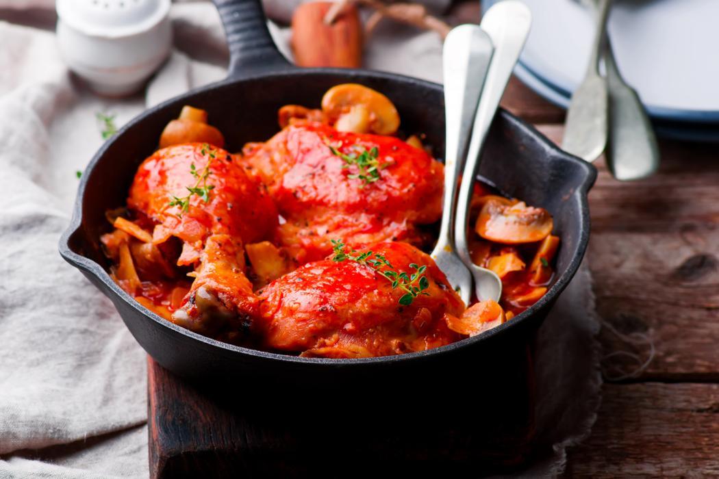 Kurczak a la Marengo: jak zrobić kurczaka w pomidorach z oliwkami