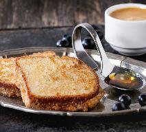 Słodkie tosty z grilla z syropem klonowym i owocami