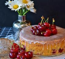 Ciasto drożdżowe z wiśniami: przepis [WIDEO]