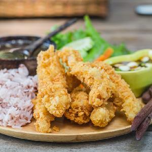 Drobiowe stripsy w kokosowej panierce z piekarnika: chrupiące i soczyste kąski z kurczaka