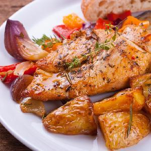 Pierś kurczaka zapiekana z warzywami: pysznie, zdrowo, jednogarnkowo