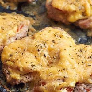 Pyszne piersi kurczaka zapiekane z pomidorami i serem: oszczędny przepis na obiad