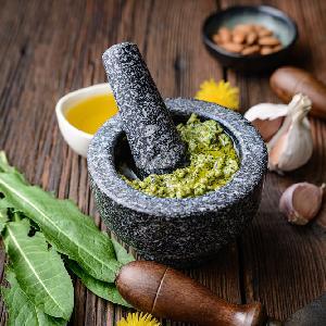 Pesto z mniszka lekarskiego i migdałów
