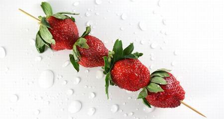Szaszłyki z truskawek i mozzarelli - letnia przekąska [przepis]