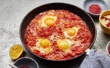 Serbska jajecznica - jajka smażone z warzywami i kiełbasą