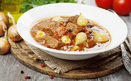 Stifado - jak przygotować grecki gulasz wołowy?