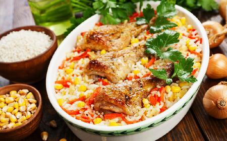 Genialny patent leniwej żony! Pieczone nóżki kurczaka z ryżem i warzywami