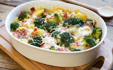 Ziemniaki zapiekane z brokułami i szynką