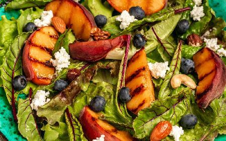 Wytrawna sałatka śródziemnomorska z owocami - ambrozja w ustach, zdrowie na talerzu!