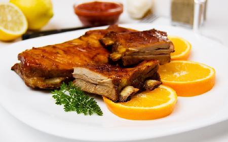Glazurowane żeberka cytrusowe - pyszny mięsny obiad z owocowym aromatem tle