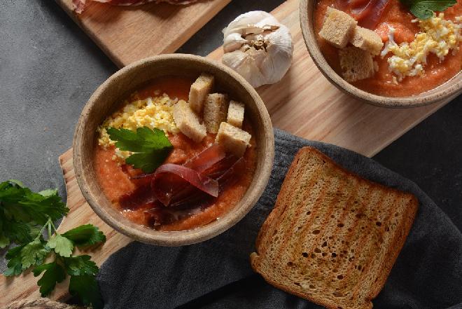 Hiszpański chłodnik na pomidorach - przepis z menu beszamel