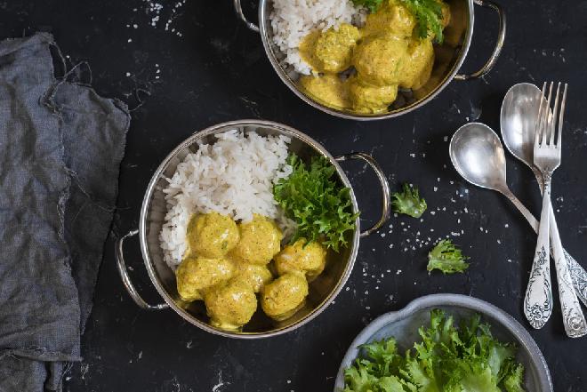 Klopsiki z indyka w sosie z kurkumą: smaczny i tani obiad dla całej rodziny