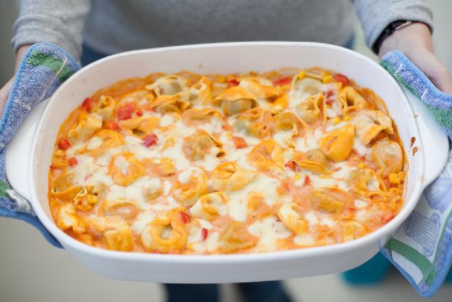 Sycąca zapiekanka z tortellini w sosie pomidorowym - super prosty przepis!
