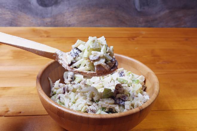 Błyskawiczna sałatka alpejska - pożywna i orzeźwiająca w smaku