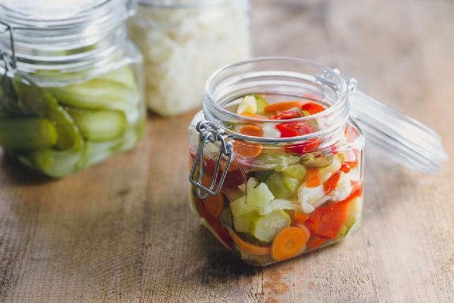 Zimowa sałatka warzywna na ciepło do słoików