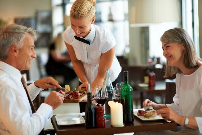 Napiwek dla kelnera – dawać czy nie dawać?