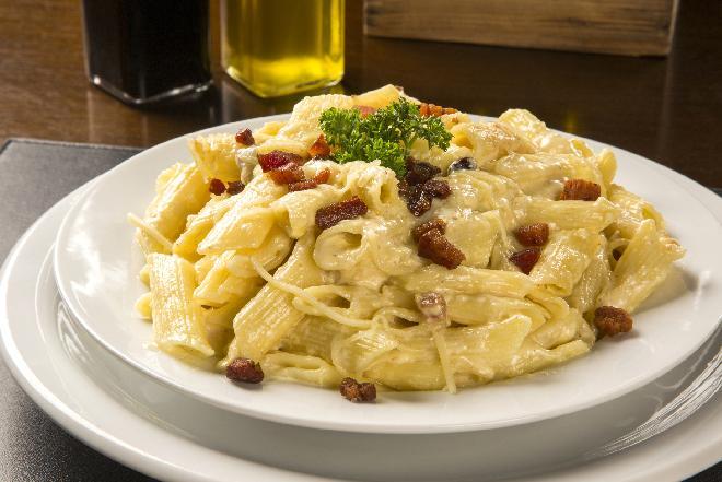 Penne z ziołami włoskimi i parmezanem: przepis na danie na ciepło